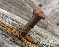 Старый ржавый гвоздь для отворота